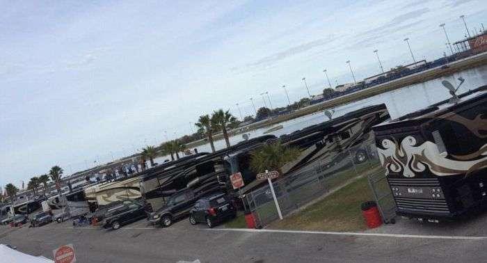 Суперроскошные будинку на колесах пілотів гонок NASCAR (23 фото)