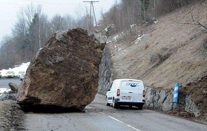 50-тонний валун перегородив дорогу в горах Франції (5 фото)