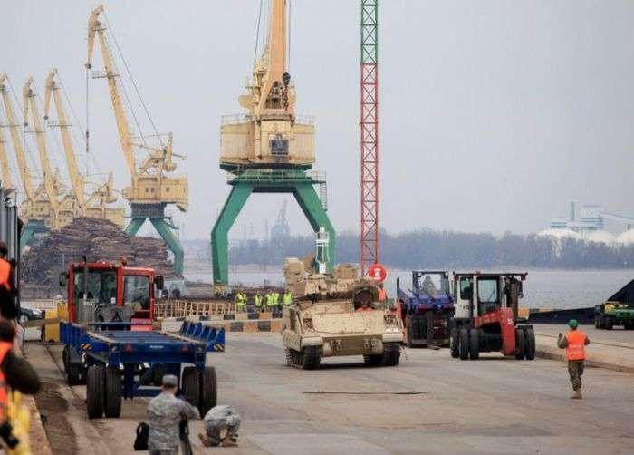 В Латвію прибули американські військовослужбовці і військова техніка (11 фото)