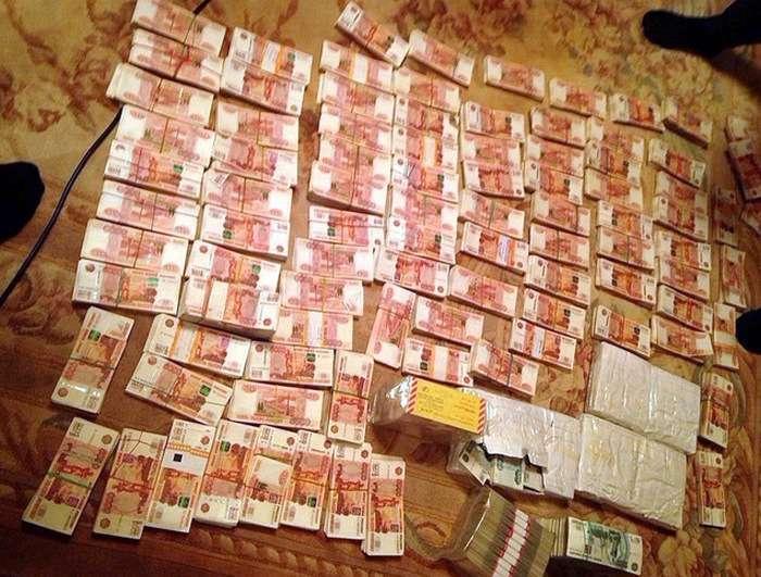 Губернатор Сахаліну Олександр Хорошавин був затриманий після того, як в його сейфі знайшли 60 млн рублів (3 фото + відео)