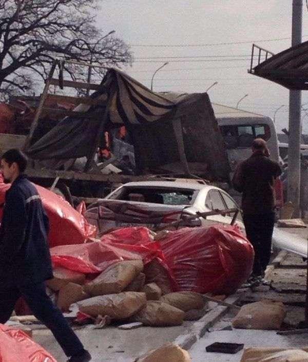 Під Новоросійськом в масовому ДТП зіткнулися 15 транспортних засобів (17 фото + відео)