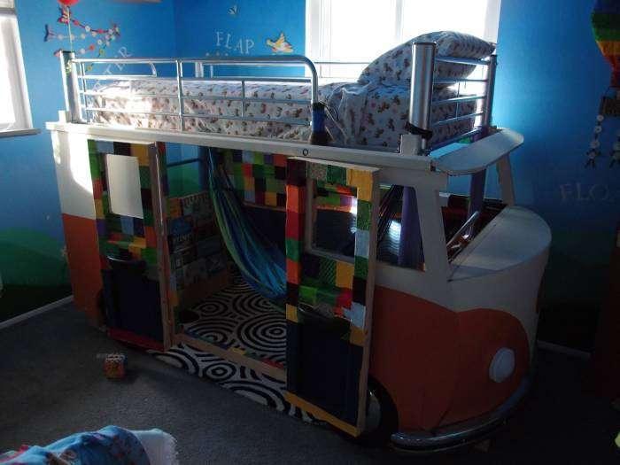 Саморобна двоярусне дитяче ліжко у вигляді фургона Volkswagen Type 2 (26 фото)