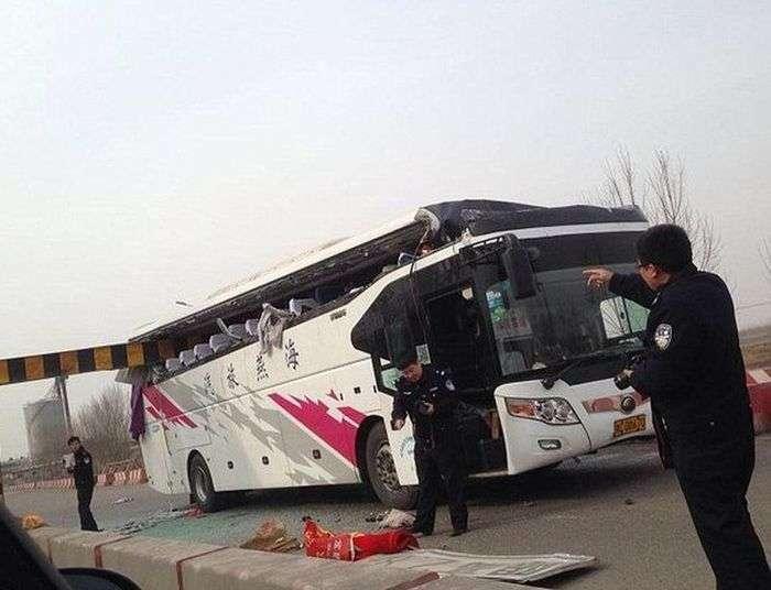 У Китаї В умовах туману двоповерховий автобус вїхав у обмежувач висоти (5 фото)