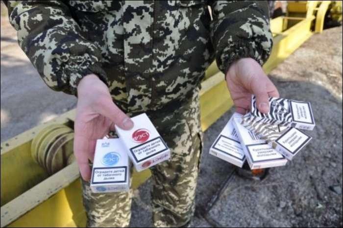 Контрабандисти перевозили сигарети всередині колод (11 фото)
