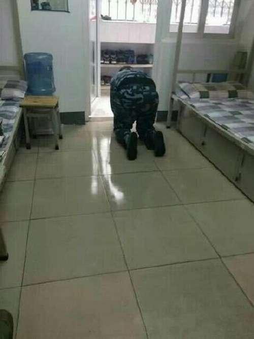 Китайський кадет, доводячи чистоту туалету, облизав підлогу і унітаз (5 фото)
