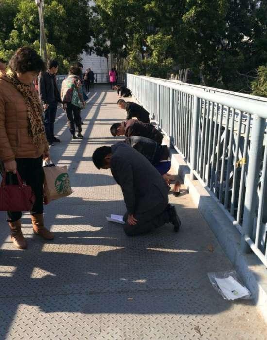Покарання поганих працівників по-китайськи (3 фото)