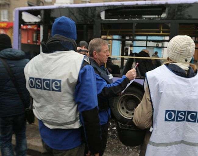 У Донецьку під обстрілом виявилася тролейбусна зупинка (34 фото + 2 відео)