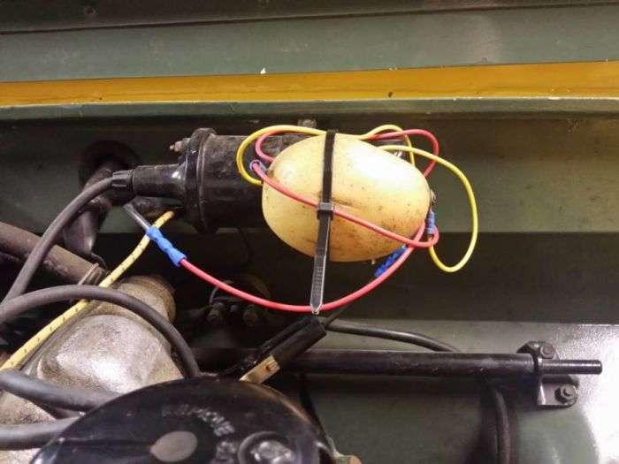 У Великобританії чоловік полагодив 50-річний Land Rover за допомогою картоплі (2 фото)