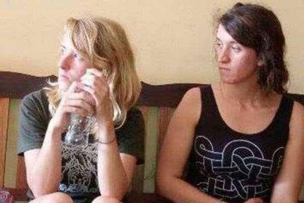 Двох американок депортували з Камбоджі за еротичний фотосет (11 фото)