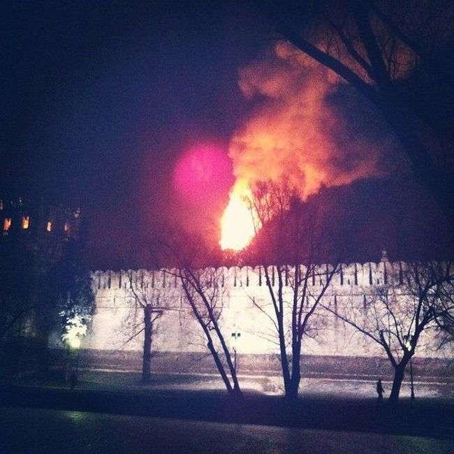 У Москві на Новодівичому монастирі сталася пожежа (фото + відео)