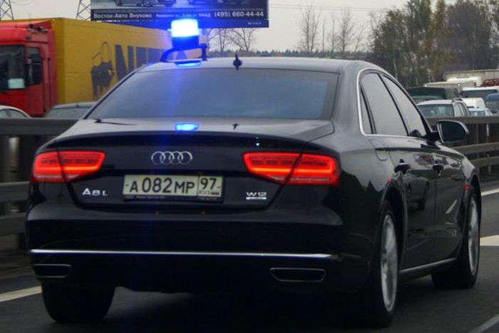 Хлопець може стати мільйонером завдяки вживаному седану Audi A8 (3 фото)