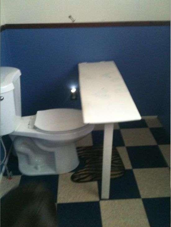 Незвичайне пристосування в туалеті (2 фото)