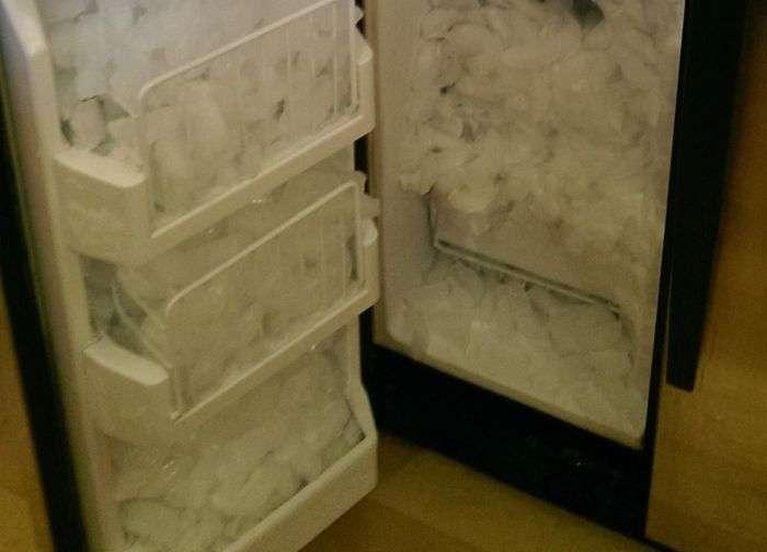 Вбудований льодогенератор виявився робочим (4 фото)