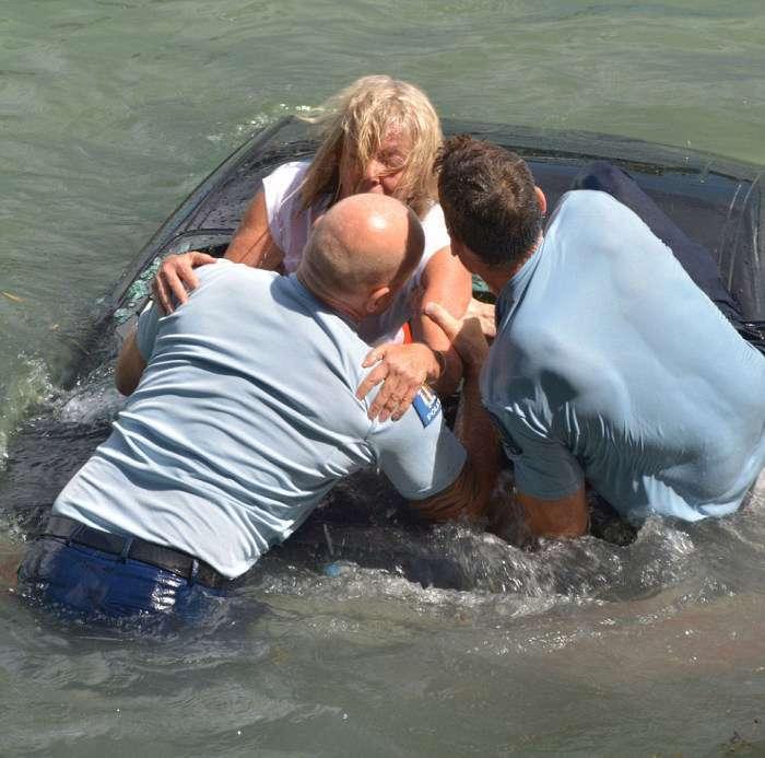 У Новій Зеландії поліцейські врятували жінку з потопаючого авто (7 фото)