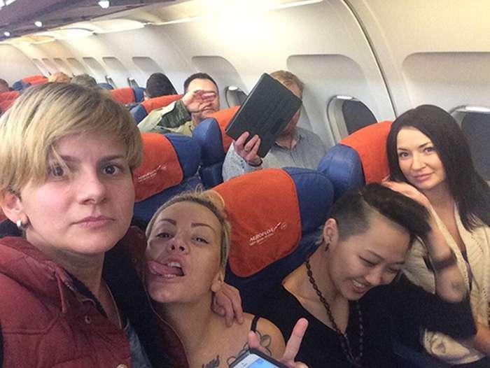 Активістки лесбійського клубу Infinity тролять депутата Віталія Мілонова (3 фото)