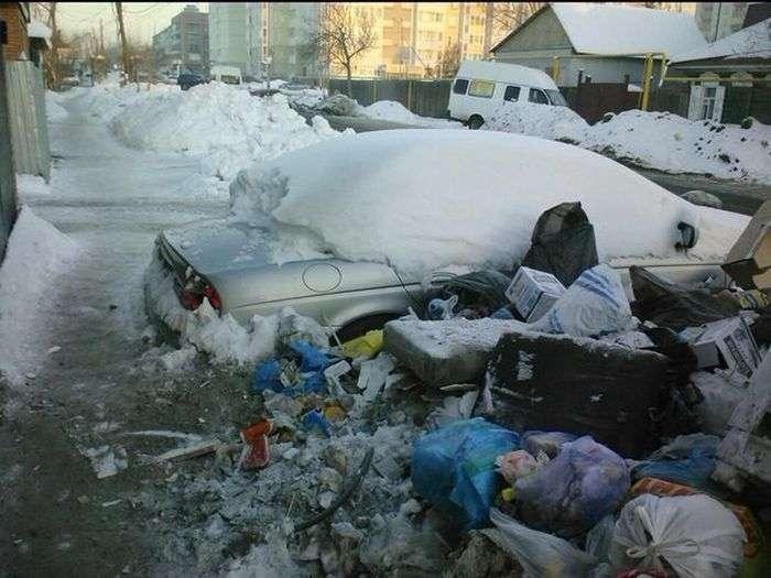 В Омську посеред купи сміття стоїть автомобіль Jaguar (4 фото)