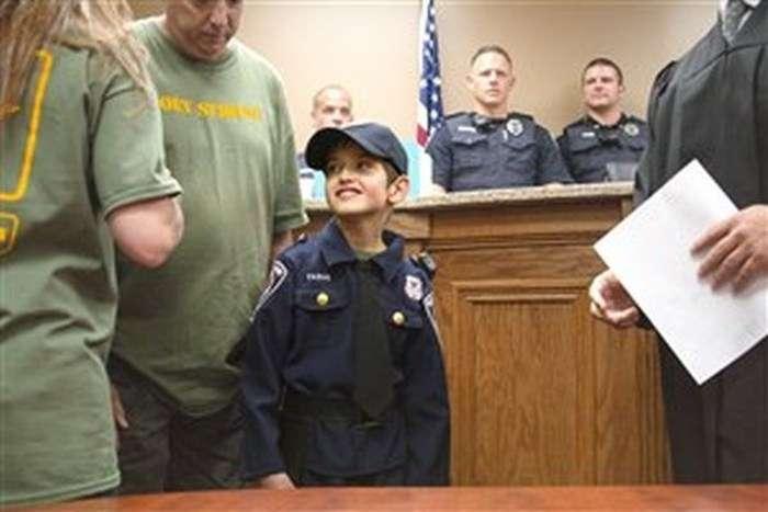 Американська поліція виконала останнє бажання хворого хлопчика (7 фото)