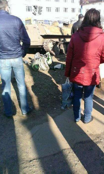 В українському місті Костянтинівка під гусеницями армійського тягача загинула 8-річна дівчинка (6 фото)