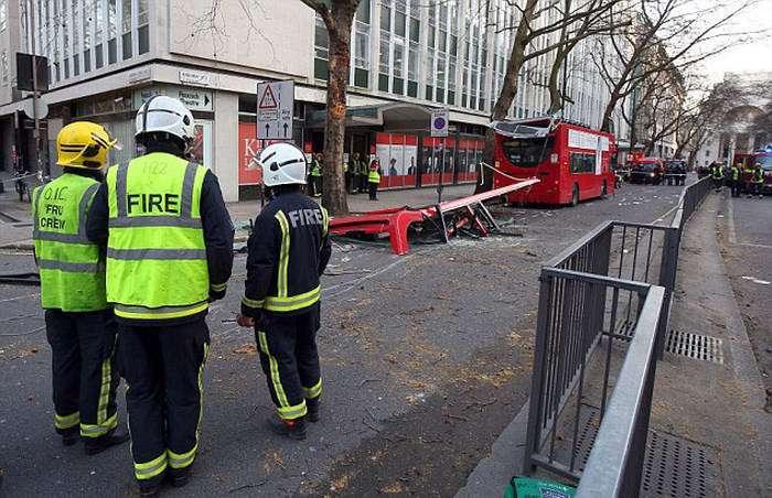 З вини водія дерево знесло дах автобуса (14 фото)