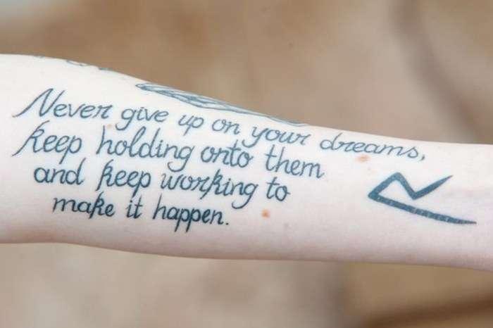 Прихильниця Ріанни покрила своє тіло тематичними татуюваннями (5 фото)