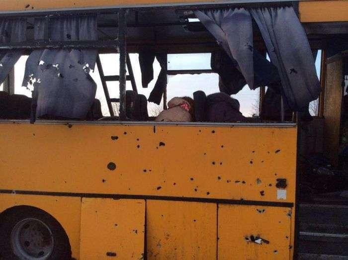 У Донецькій області під обстріл потрапив автобус з пасажирами (10 фото + відео)