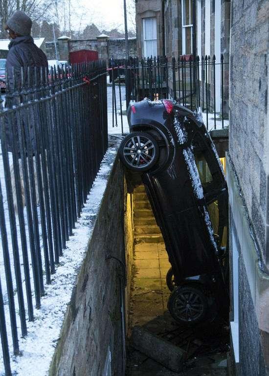 Водій разом з автомобілем мало не опинився в підвалі будинку (5 фото)