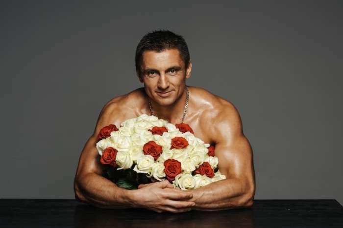 Олег Сухов, найсексуальніший російський адвокат, привітав жінок новою фотосесією (10 фото)