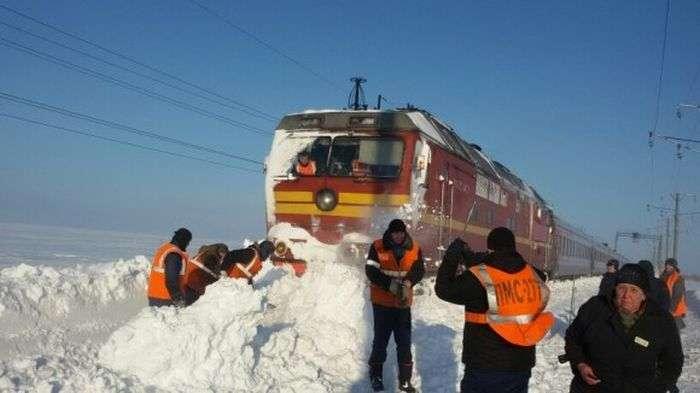 Пасажирський поїзд №309 «Воркута – Адлер» застряг у заметах (2 фото)
