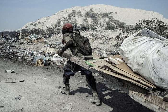Пост про життя мешканців звалища на острові Гаїті (29 фото)
