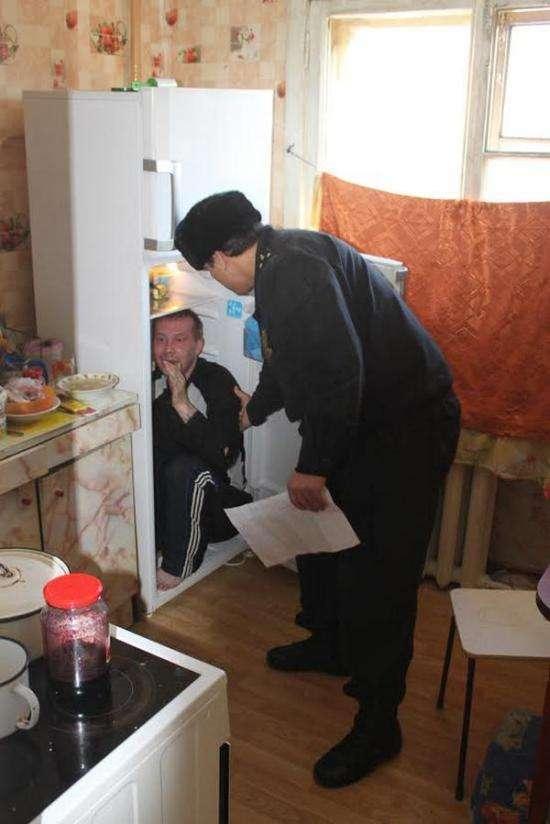 У Єкатеринбурзі підсудний сховався від судових приставів в холодильнику (5 фото + відео)