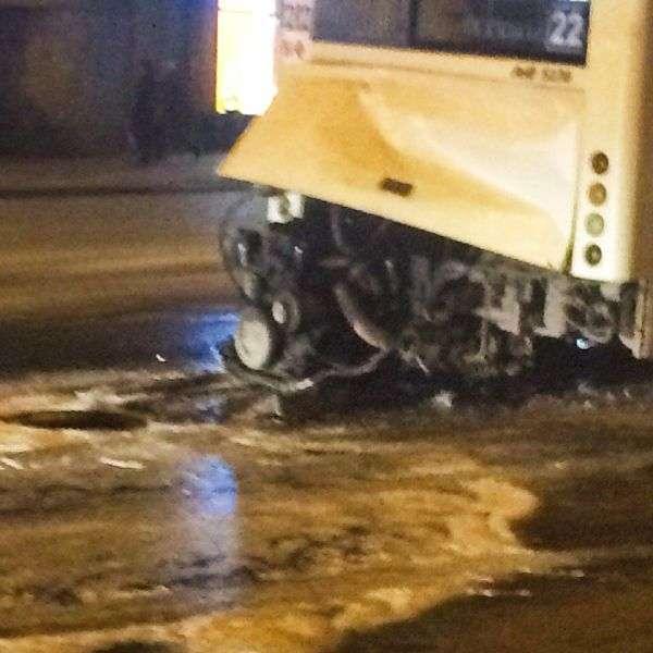 У Ростові-на-Дону з міського автобуса вивалився і загорівся мотор (5 фото)