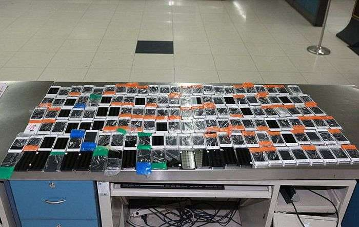 У Китаї затримано контрабандиста, який намагався провезти 146 смартфонів, примотанных до свого тіла (3 фото)