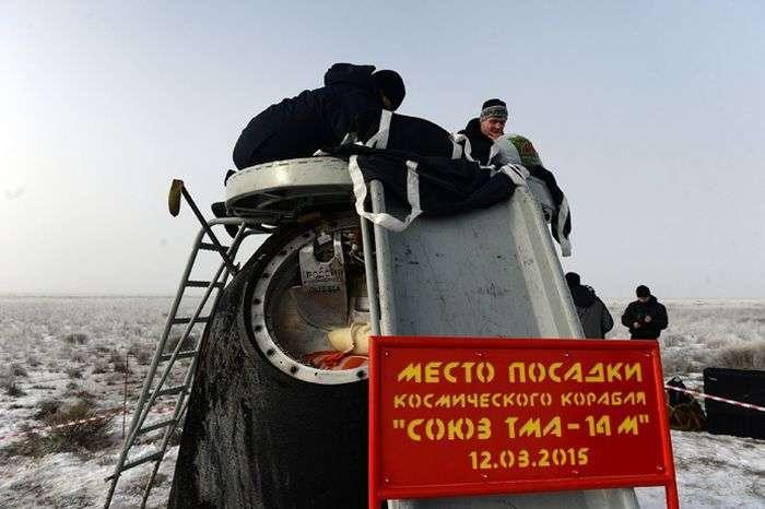 У казахстанському степу приземлилися космонавти МКС (5 фото)