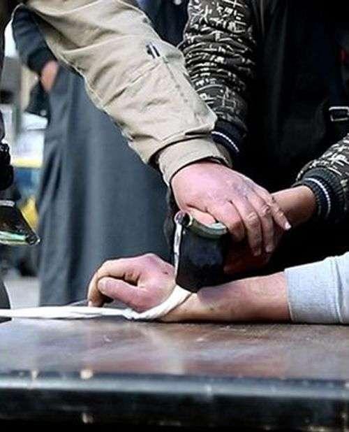 В «Ісламському державі» злодієві привселюдно відрубали руку (5 фото)