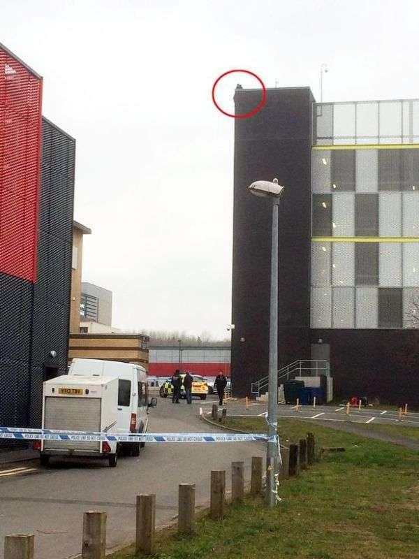 У Великобританії натовп допомогла чоловікові зістрибнути з даху (2 фото)