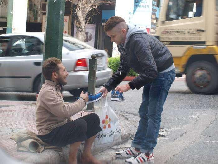 Допомога бездомному чоловікові (4 фото)