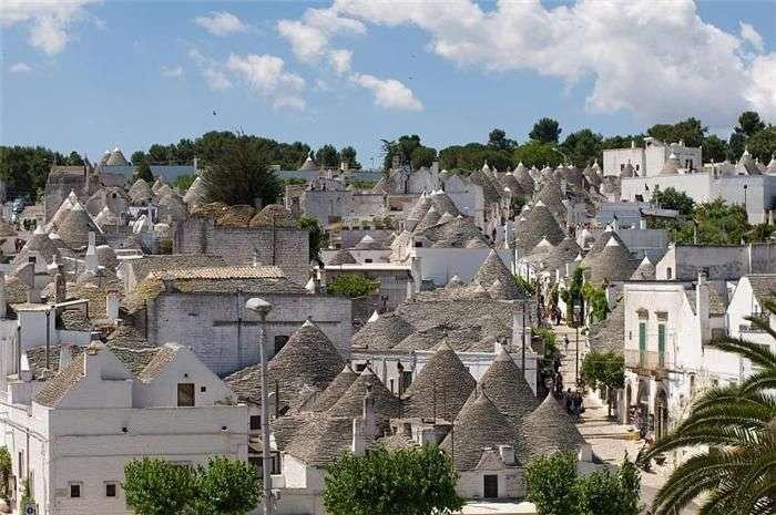 Розбірні будиночки труллі в італійському містечку Альберобелло (10 фото)