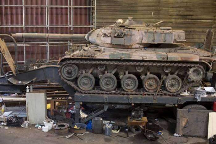 Бразильська поліція під час обшуку складу виявила два танка (3 фото)