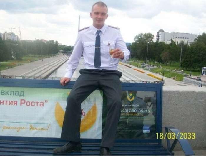 У Єкатеринбурзі поліцейського звільнили через фото в соцмережі (6 фото + відео)
