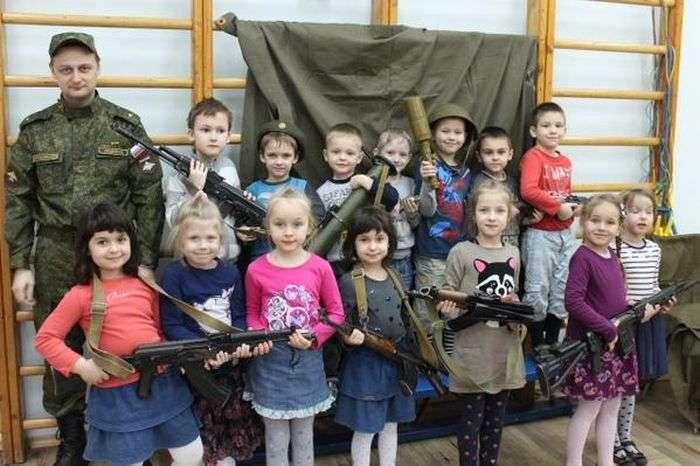 У дитячому саду Санкт-Петербурга дітей вчать навичкам поводження зі зброєю (4 фото)
