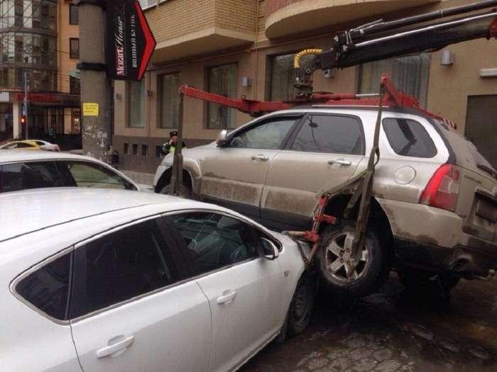У Ростові евакуатор впустив кросовер KIA на дві інші іномарки (2 фото + відео)