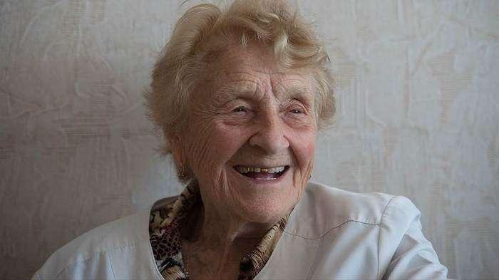87-річний хірург Алла Левушкина проводить понад 100 операцій щорічно (11 фото)