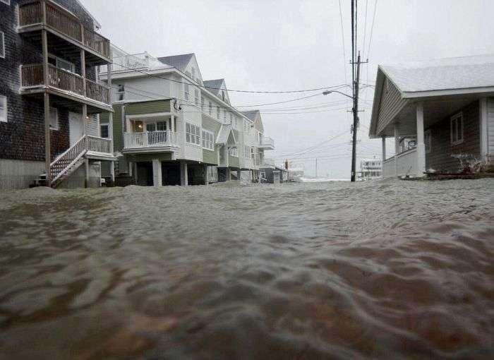 У Новій Англії, США, усувають наслідки сильної сніжної бурі (24 фото)