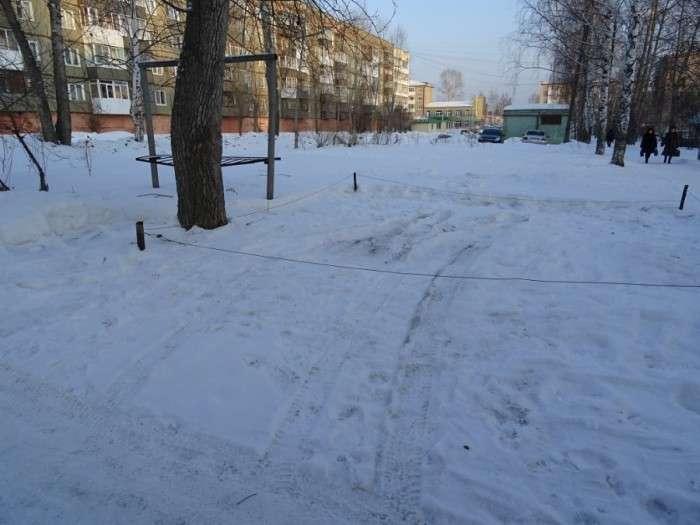 У Свердловській області відбувається захоплення місць на дворових парковках (12 фото)